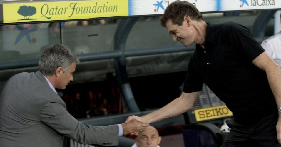 Técnico José Mourinho (e.), do Real Madri, cumprimenta Tito Vilanova, técnico do Barcelona