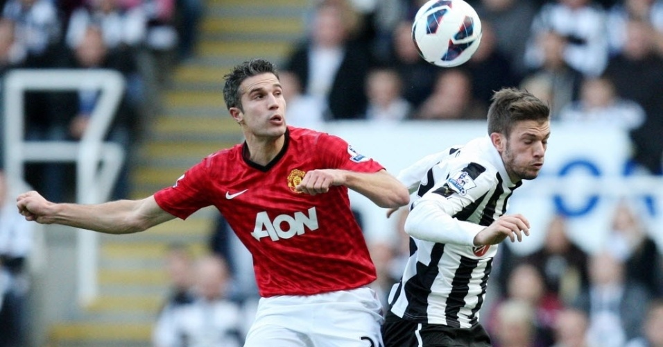 Van Persie, do Manchester United, disputa bola com Davide Santon, do Newcastle, pelo Campeonato Inglês