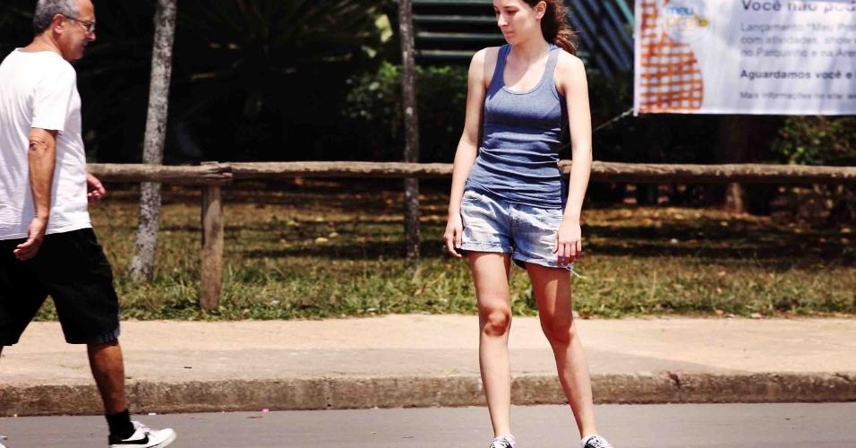 8.out.2012 - Jovem aproveita dia de sol firme e calor em São Paulo no parque do Ibirapuera, na zona sul da capital