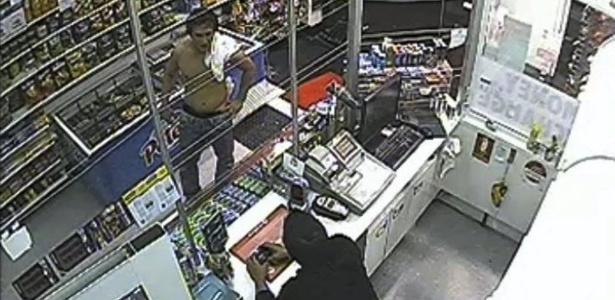 Em imagem de circuito interno de TV, o estudante brasileiro Roberto Laudisio Curti (à esquerda) aparece em loja de Sydney (Austrália) pouco antes de ser morto pela polícia em 18 de março de 2012