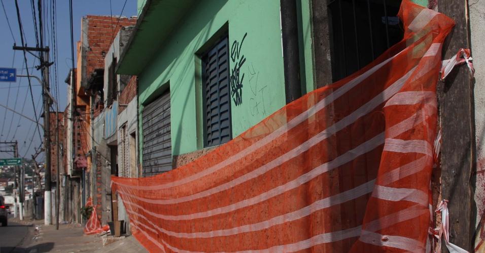 8.out.2012 - O Metrô e a CDHU (Companhia de Desenvolvimento Habitacional e Urbano) começam a remover e indenizar moradores da favela do Piolho, localizada na avenida Washington Luiz, no Campo Belo, em São Paulo (SP). As remoções ocorrem para a realização das obras do monotrilho. Um incêndio no dia 03 de setembro destruiu 285 barracos no local