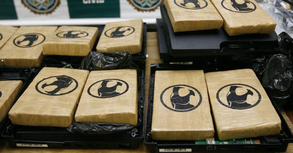 8.out.2012 - Policiais da Coordenadoria de Recursos Especiais (Core) apreenderam consoles de videogames com cerca de 30 kg de pasta base de cocaína na zona norte do Rio de Janeiro (RJ) nesta segunda-feira (8). Foram presos dois irmãos que portavam a droga
