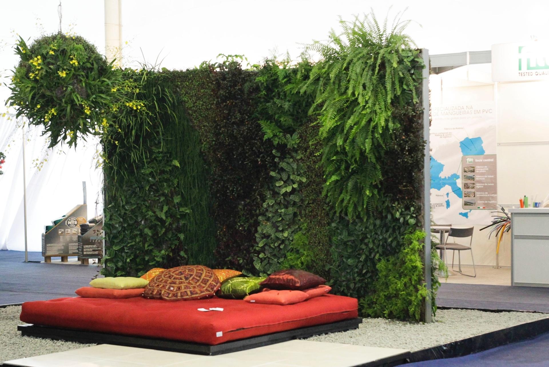A arquiteta paisagista Talita Gutierrez, da empresa Verde Vertical, projetou - em um espaço compacto - o paisagismo para um ambiente de relaxamento. O jardim vertical e a estrutura ornamental pendurada sobre o futon vermelho compõem o ambiente zen. A mostra de paisagismo é um dos destaques da 15ª edição da Fiaflora Expogarden, no Centro de Exposições do Anhembi, em São Paulo