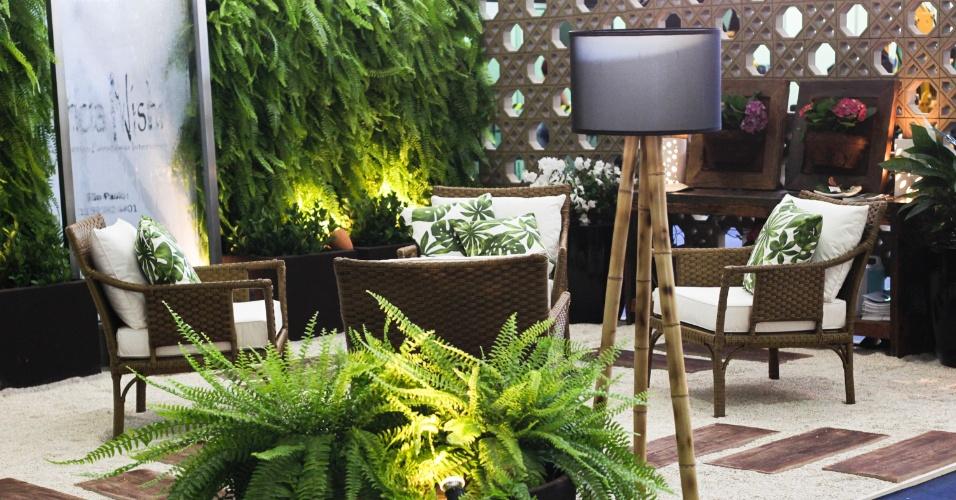 A arquiteta urbanista e paisagista Patrícia Nishi apostou em um jardim como espaço social e acolhedor. Ao centro, o ambiente dispõe de uma lareira ecológica da Ecofireplaces, cercada por quatro poltronas da Empório do Junco. Ao fundo, o jardim vertical da Neo Rex e a cortina d'água, da Kallina Cascatas, dão um toque relaxante ao local. A mostra de paisagismo é um dos destaques da 15ª edição da Fiaflora Expogarden, no Centro de Exposições do Anhembi, em São Paulo