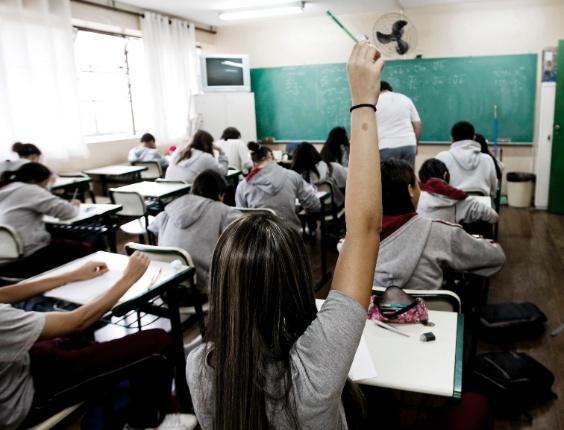 Alunos do primeiro ano do ensino médio em aula de matemática na Escola Estadual Professor Wolny Carvalho Ramos