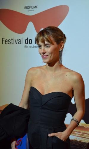Caroline Dieckmann sorri para fotógrafos no Festival do Rio 2012 (8/10/12)