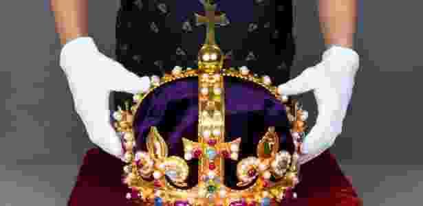 Coroa de Henrique 8º é remontata e exposta em Londres (8/10/12) - Reuters