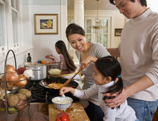 Convidar a criança para ajudar no preparo da refeição pode ser uma estratégia para fazê-la comer melhor - Thinkstock