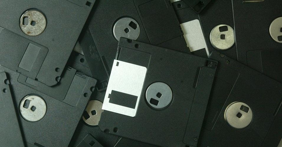 Em fevereiro de 2001, você precisava saber como usar disquetes. Em uma dúvida enviada ao caderno ''Informática'', da ''Folha de S.Paulo'', o leitor queria saber como desabilitar o acionamento do drive A: quando ligava o micro. Os disquetes perderam espaço com o surgimento dos CDs, pendrives e, mais recentemente, a nuvem. Clique em MAIS para ver o conteúdo original