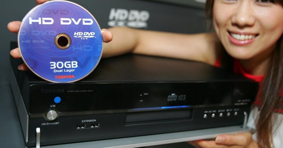 Em março de 2007, você precisava saber se investiria no HD-DVD ou Blu-Ray. À época, uma reportagem especial do UOL Tecnologia mostrava as diferenças entre esses dois padrões de DVD, que prometiam alta definição e mais capacidade de armazenamento. No fim, o Blu-Ray venceu a guerra e o HD-DVD (representado pela Toshiba) desapareceu. Clique em MAIS para ver o conteúdo original