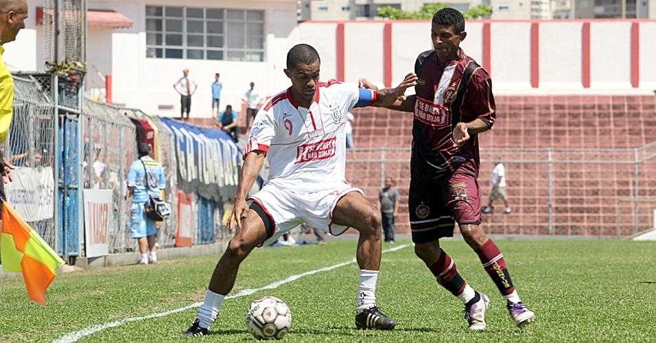 Eto'o, atacante do Juventus da Liberdade, em jogo contra o Classe A