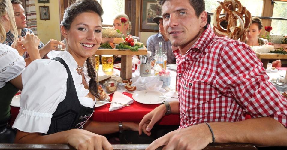 Jogador do Bayern de Munique Mario Gomez e a companheira Silvia Meichel participam do último dia da Oktoberfest em Munique (07/10/2012)