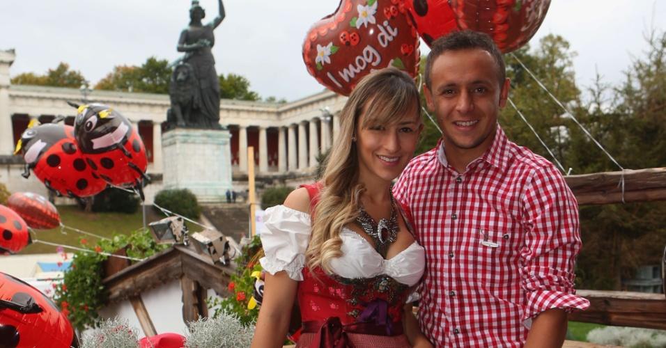Jogador do Bayern de Munique Rafinha e a companheira Carolina participam do último dia da Oktoberfest em Munique (07/10/2012)
