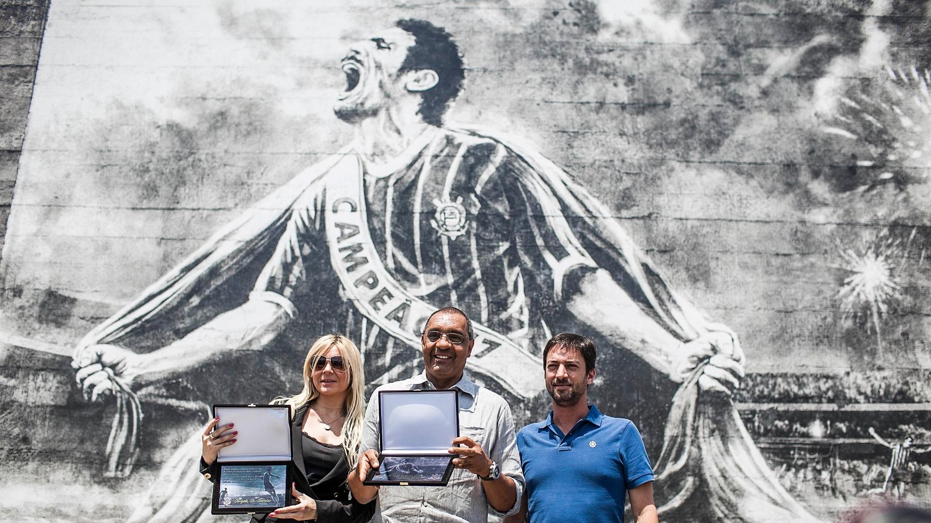 Kátia Bagnarelli, viúva de Sócrates, e Basílio (centro) receberam homenagem do diretor do Corinthians, Duilio Monteiro Alves, nesta segunda (8/10/2012)