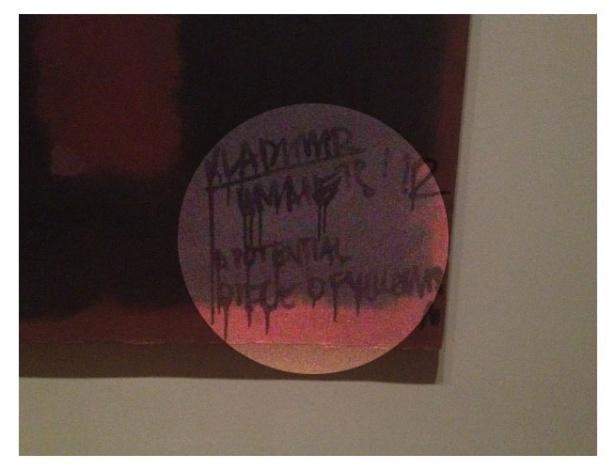 No destaque clareado, a danificação feita na pitura de Rothko em galeria de Londres (7/10/12) - Reprodução/Twitter/