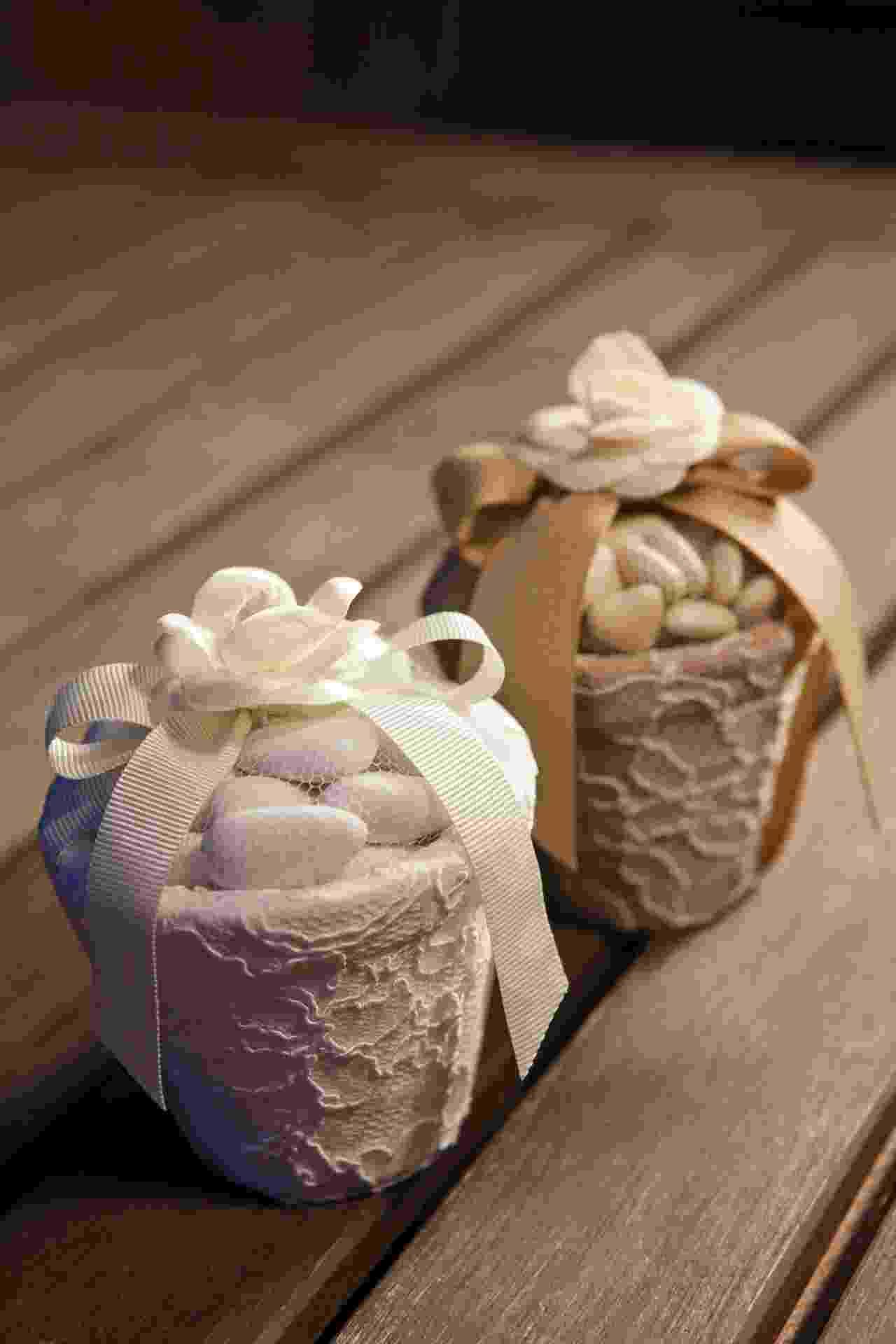 Dragées [amêndoa revestida com açúcar] em vaso de cerâmica forrado com renda francesa e detalhe de flor de tecido; da Jeniffer Bresser (www.jenifferbresser.com.br), a partir de R$ 65 (a unidade). Disponibilidade e preço sujeitos a alterações. Pesquisa realizada em outubro de 2012 - Divulgação