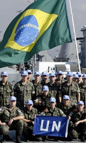 1988 - Forças de Paz das Nações Unidas - Por contribuírem para reduzir tensões em regiões onde a paz ainda não foi estabelecida. Na foto, soldados brasileiros rumo ao Haiti, onde o Brasil coordena missão desde 2004