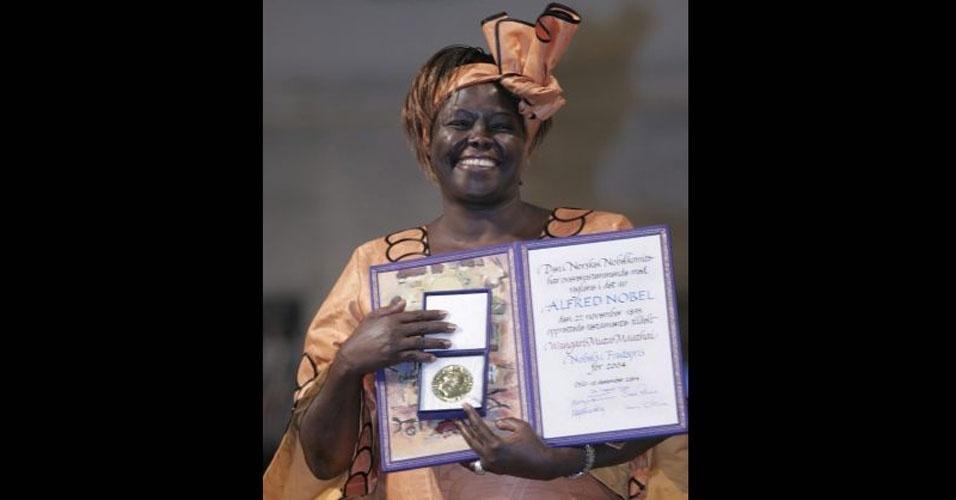 """2004 - Wangari Maathai (Quênia) - Ambientalista e ativista dos direitos humanos queniana. O Comitê Nobel de Oslo destacou sua posição """"à frente da luta para promover um desenvolvimento ecológico, que seja viável socialmente, economicamente e culturalmente, no Quênia e na África"""". Wangari morreu em setembro de 2011, aos 71 anos, após uma longa luta contra um câncer de ovário"""