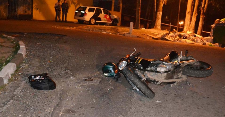 9.out.12 - Policial observa homem morto durante onda de mortes na Grande São Paulo