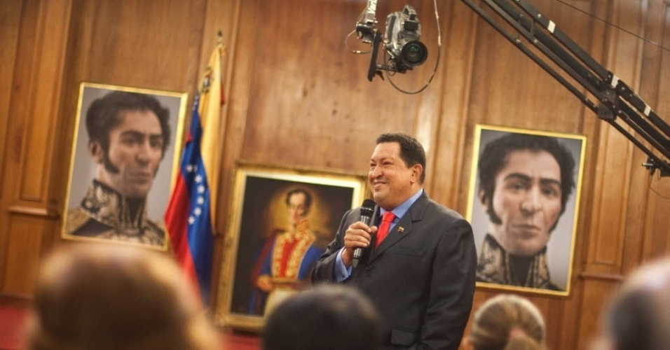 9.out.12 - Presidente reeleito da Venezuela, Hugo Chávez, fala a jornalistas na capital do país, Caracas