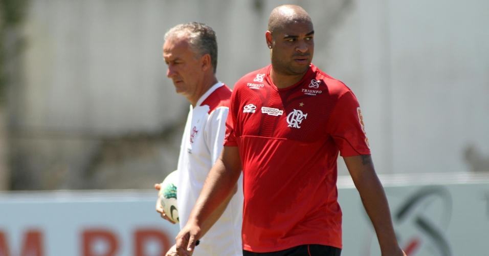 Adriano caminha ao lado do técnico Dorival Junior durante treinamento do Flamengo