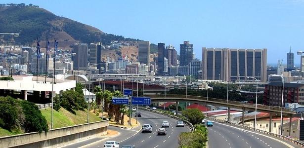 Boulevard Nelson Mandela (National Road N2), na Cidade do Cabo, a segunda maior cidade da África do Sul