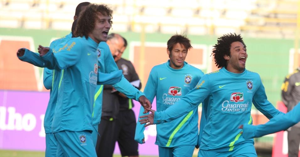 David Luiz, Neymar e Marcelo brincam durante o treino