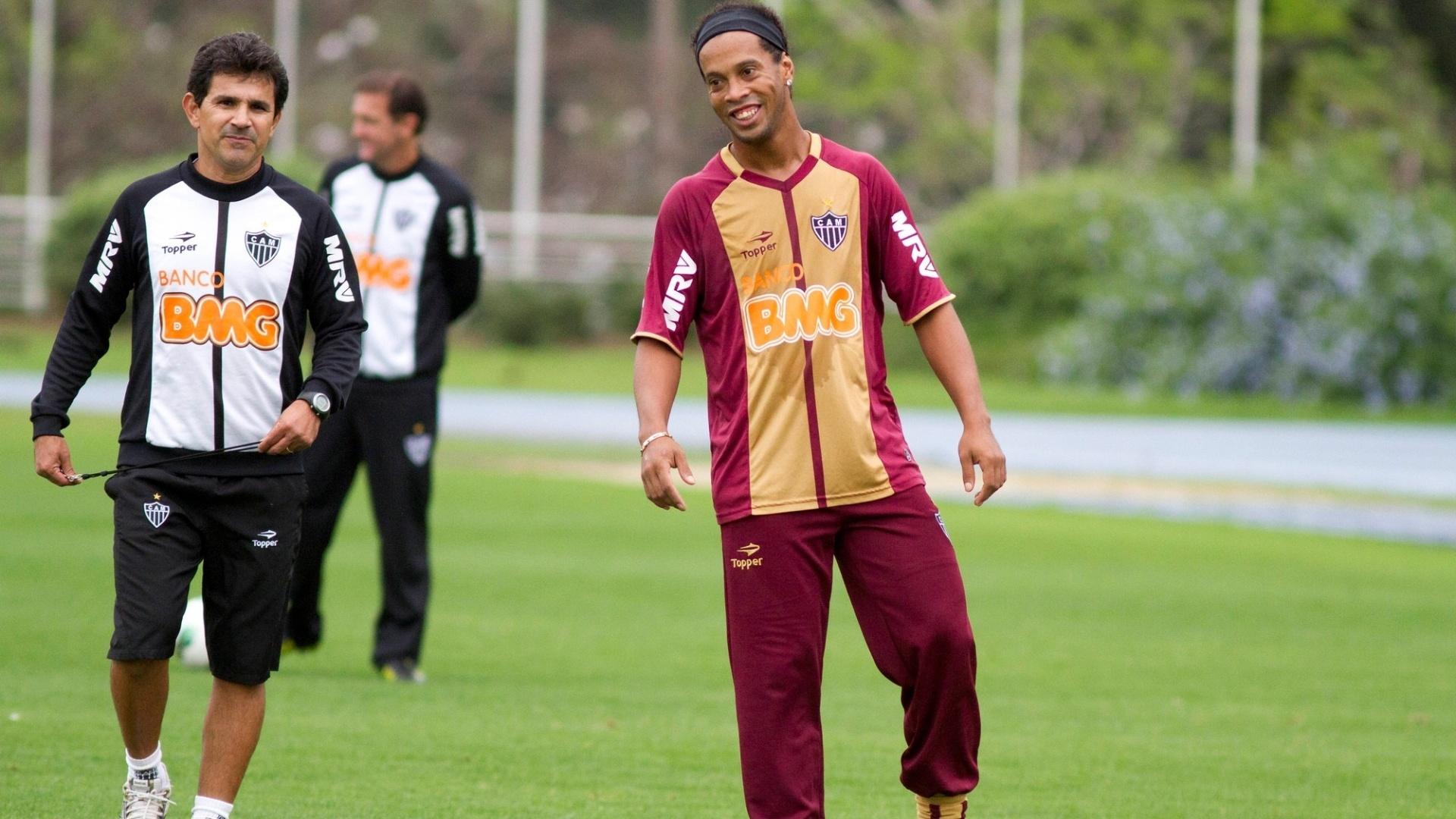 Descontraído, Ronaldinho sorri durante treino do Atlético-MG no centro esportivo da PUCRS em em Porto Alegre