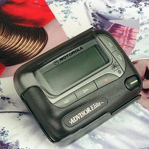 Em maio de 1998, você precisava saber como usar um pager. Reportagem do ''Jornal do Commercio'' naquela época anunciava um sistema de comunicação da Motorola, chamado Opto, que permitia selecionar e receber informações da internet diretamente no aparelho -- taí outro serviço que você não precisa mais. O pager, popular antes dos telefones celulares, era um aparelho portátil que recebia mensagens (na foto, o Advisor Elite, da Motorola). Para enviar o conteúdo, era necessário ligar para uma central e ditar o texto (privacidade zero). Clique em MAIS para ver o conteúdo original