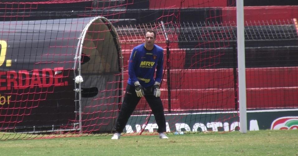 Goleiro Magrão durante treino do Sport na Ilha do Retiro