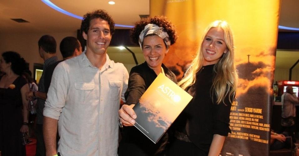 """O casal Flávio Canto e Fiorella Mattheis prestigiou a exibição do filme """"Astro - Uma Fábula Urbana em um Rio de Janeiro Mágico"""" no Cinépolis Lagoon, na zona sul do Rio (9/10/12). Eles posaram ao lado da diretora, Paula Trabulsi"""
