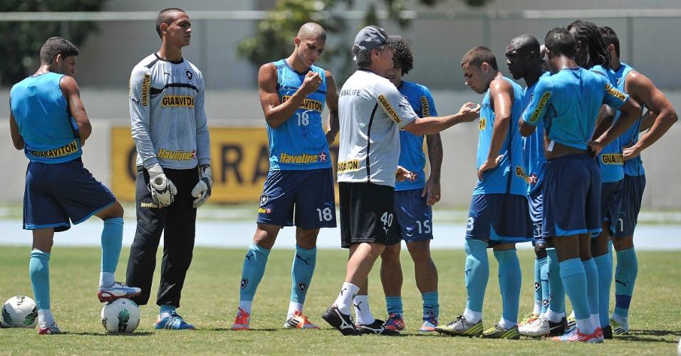 Oswaldo de Oliveira conversa com jogadores do Botafogo em treino antes de jogo com Santos