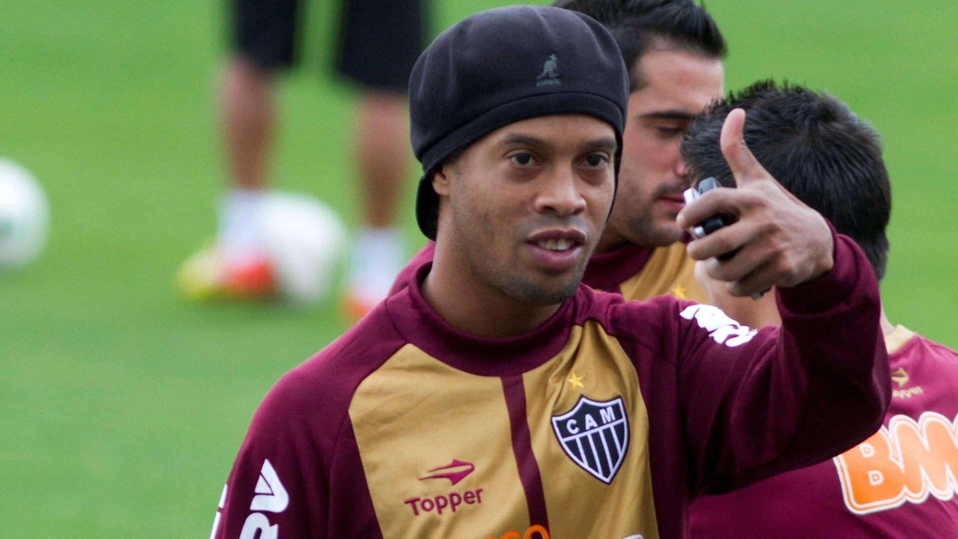 Ronaldinho gesticula durante treino do Atlético-MG no no centro esportivo da PUCRS em em Porto Alegre