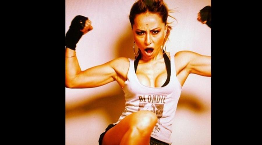 Sabrina Sato exibiu os músculos durante ensaio fotográfico (9/10/12). As imagem foi divulgada por meio do Twitter do stylist Yan Acioli