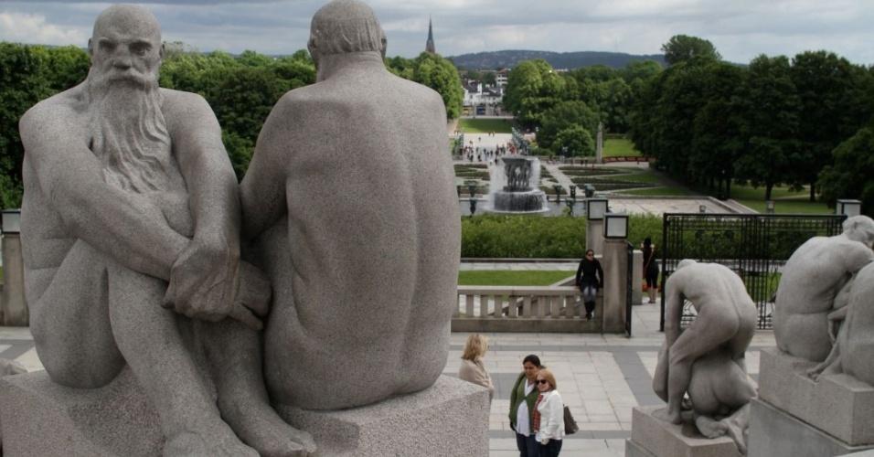 Pessoas observam obras de arte no Jardim de Esculturas Vigeland, em Oslo, na Noruega