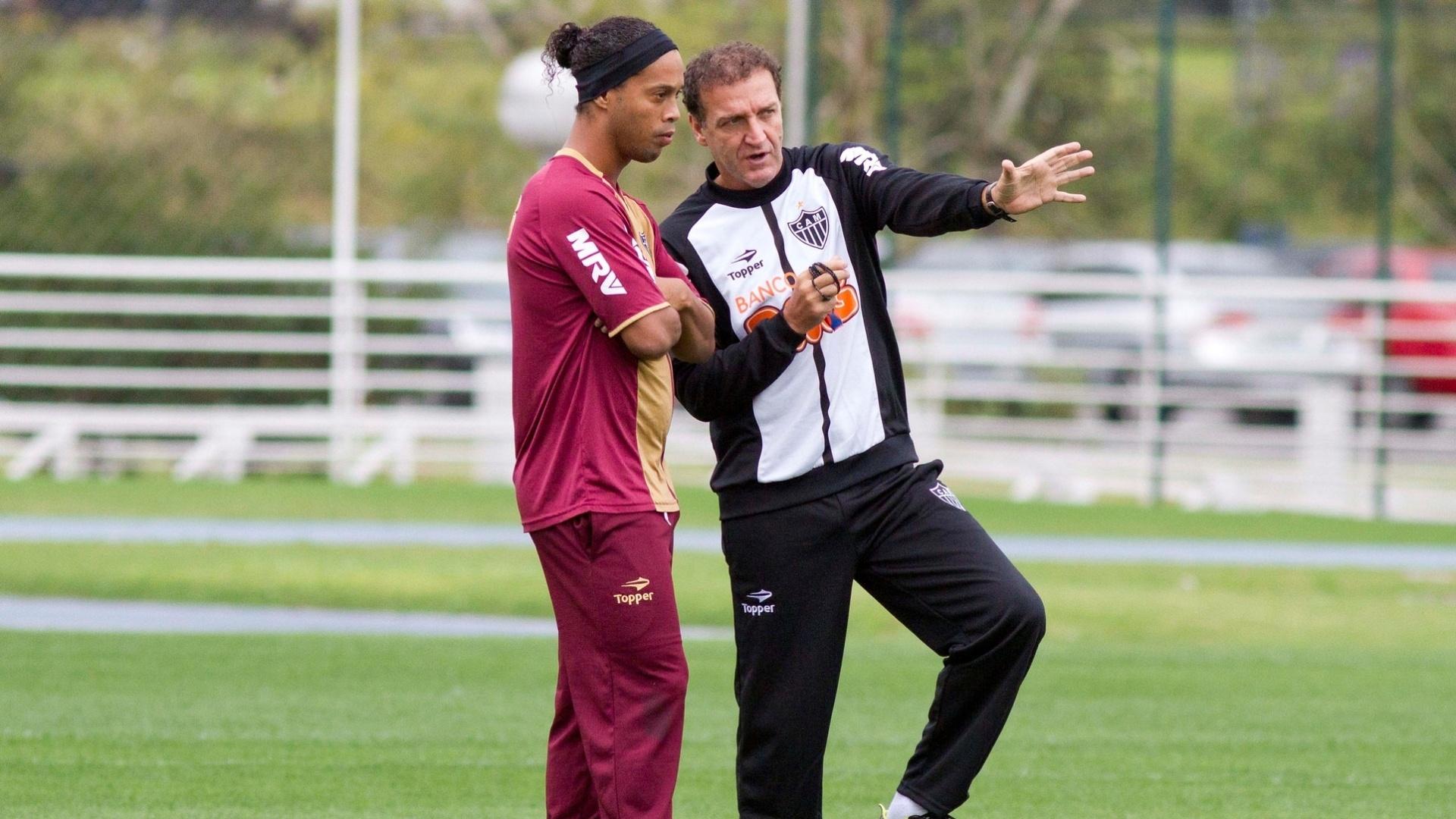 Técnico Cuca dá instruções a Ronaldinho Gaúcho durante treino do Atlético-MG no centro esportivo da PUCRS em em Porto Alegre