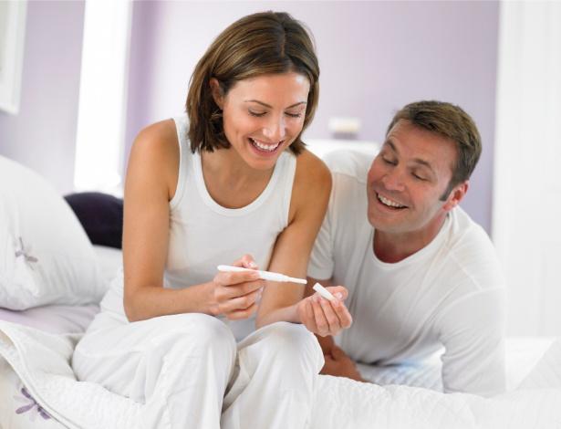Os médicos recomendam que a mulher faça o teste de farmácia após o 10º dia de atraso da menstruação - Thinkstock
