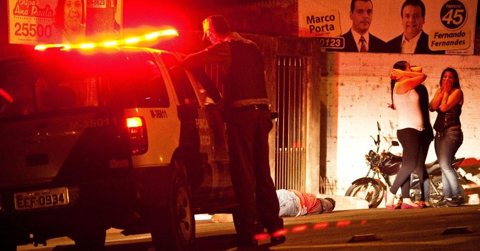 9.out.2012 - Moradores se lamentam no Parque Pinheiros, bairro de Taboão da Serra (SP), onde duas pessoas foram mortas na madrugada do dia 9