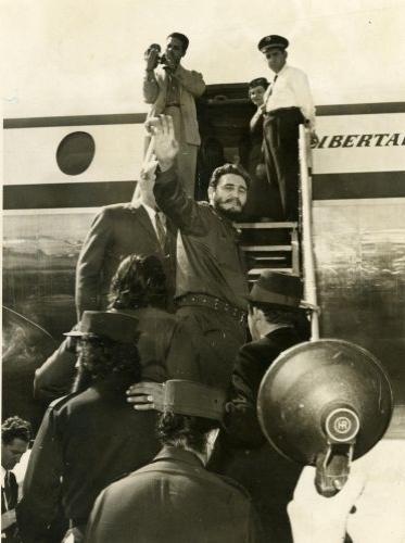 A primeira viagem de Fidel Castro ao Brasil após a Revolução Cubana ocorre em 1959. Ele passou 14 horas em São Paulo e seguiu para Brasília, para se encontrar com o então presidente Juscelino Kubitschek, que o havia convidado para conhecer a futura capital do país. Na foto, Fidel embarca no aeroporto de Congonhas
