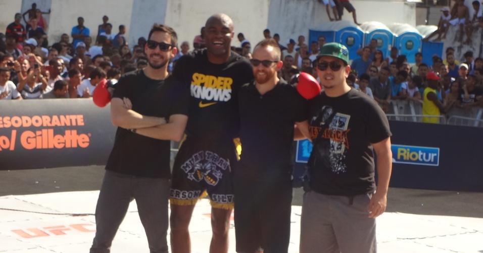 Anderson Silva posa com integrantes da banda de rock Linkin Park durante treino aberto do UFC Rio 3 nos Arcos da Lapa (10/10/2012)