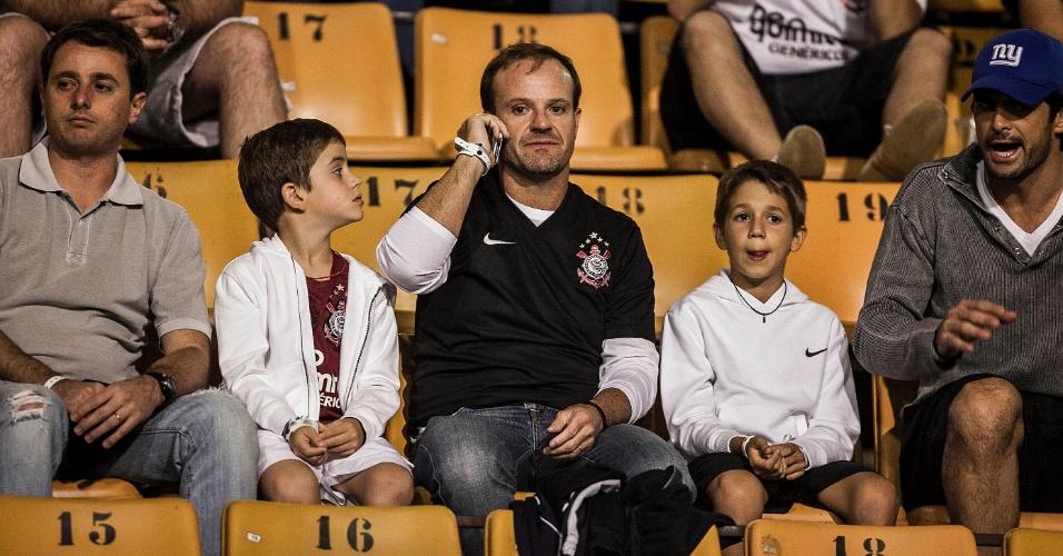 Ao lado dos filhos, Rubens Barrichello marca presença no Pacaembu para assistir ao duelo entre Corinthians x Flamengo