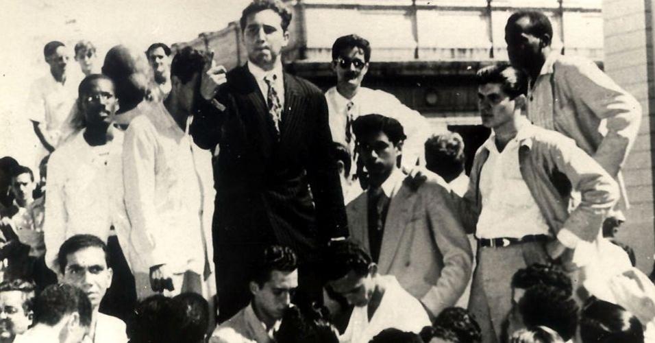 Após concluir o ensino médio, em 1945, Fidel ingressou na faculdade de Direito, curso que terminou em 1950, e obteve o título de advogado. A imagem mostra o ex-líder cubano (terceiro à esquerda, de terno preto) em 1947, participando de um protesto com outros estudantes universitários em Havana