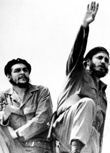 Che Guevara (à esq.), companheiro de lutas e de revolução de Fidel Castro (à dir.), é assassinado em outubro de 1967 na Bolívia