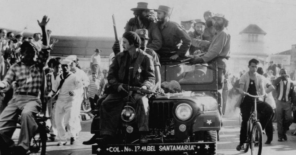 De ataque em ataque, o Exército Rebelde derrota quartéis e efetivos das forças batistianas. A 15 de novembro de 1958, Fidel parte da Sierra Maestra para liderar a ofensiva final. Em 1º de janeiro de 1959, Fulgencio Batista foge da ilha e os rebeldes tomam o poder. A imagem mostra a entrada em Havana de Fidel Castro (à esq.) e Camilo Cienfuegos, líderes da Revolução Cubana, em 8 de janeiro