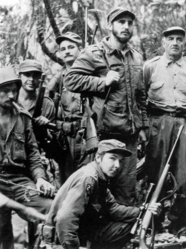 Em 1956, Fidel, seu irmão Raúl, Che Guevara e outros 79 expedicionários partem do México para Cuba, a bordo do navio Granma. Chegando à ilha, o grupo é derrotado pelo Exército do ditador Fulgencio Batista. Os sobreviventes se refugiam na Sierra Maestra e fundam o Exército Rebelde. Esta foto, que mostra Raúl (abaixo), Che Guevara (segundo à esq.) e Fidel (ao centro), foi tirada em 1958
