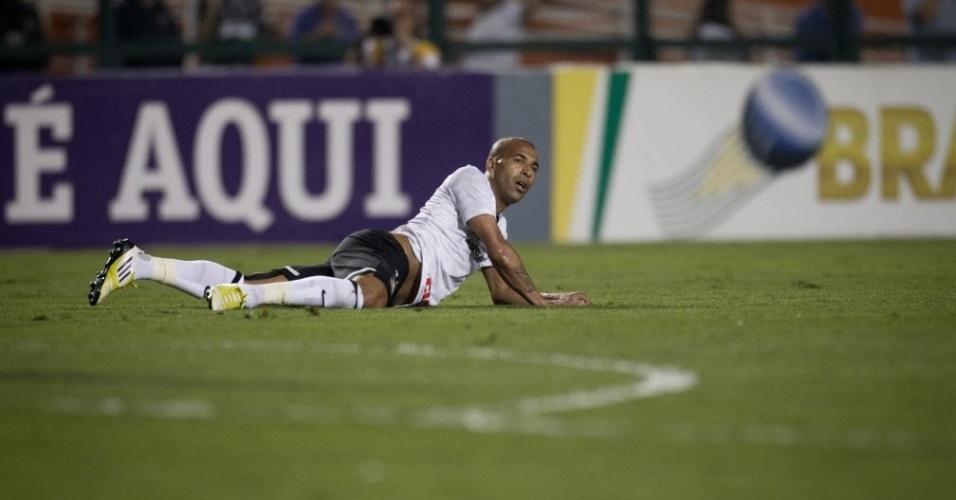 Emerson Sheik fica caído no gramado do Pacaembu durante o duelo contra o Flamengo