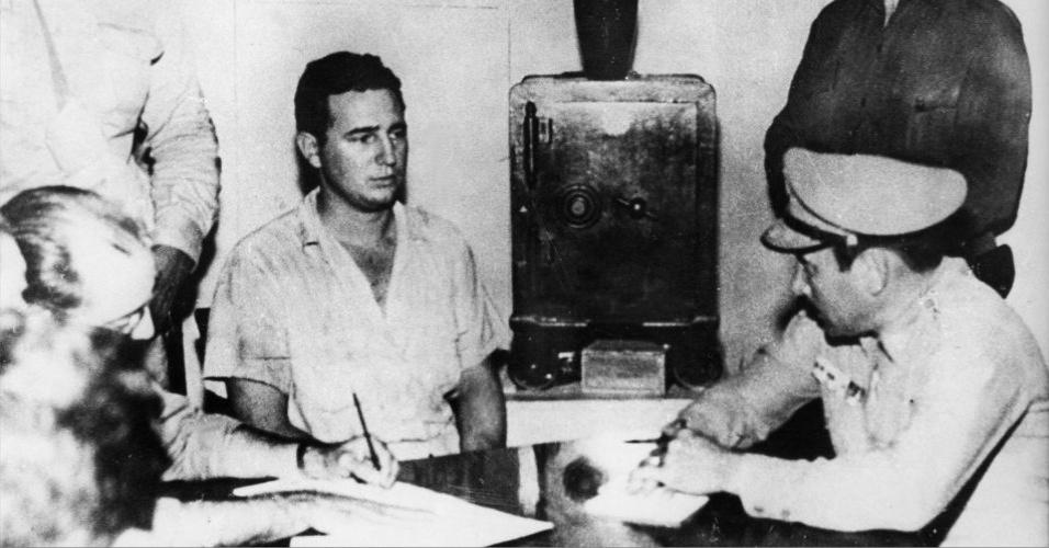 Fidel consegue escapar do Exército e se refugia nas montanhas da região de Santiago, mas é detido por uma patrulha. Seu julgamento ocorre em outubro do mesmo ano, e Fidel é condenado a 15 anos de prisão. Na foto, o ex-líder depõe a militares após o assalto ao quartel Moncada