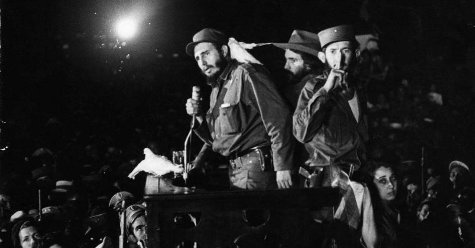 Fidel faz o 'discurso das pombas' em Havana, após o triunfo da Revolução. No poder, o então líder cubano decidiu pela nacionalização de empresas estrangeiras, a reforma urbana, o desenvolvimento da indústria nacional, a campanha de alfabetização, a nacionalização e gratuidade do ensino e o fim da privatização da saúde