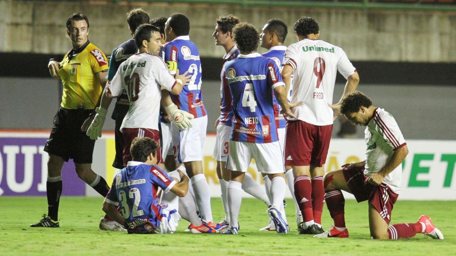 Jogadores do Bahia reclamam com árbitro durante partida contra o Fluminense