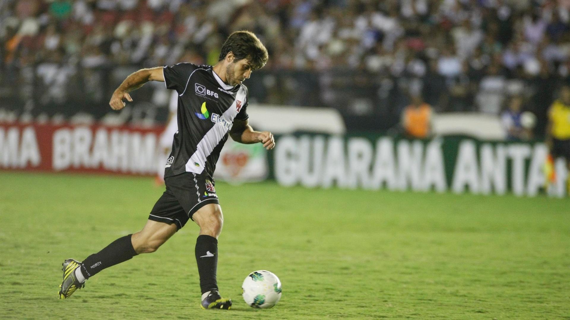 Juninho Pernambucano conduz o Vasco ao ataque na partida contra o São Paulo, em São Januário